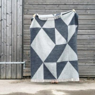 Wolldecke Plaid Tina Ratzer Focus on Twill anthrazit grau geometrisch skandinavisch